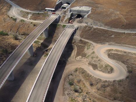 Route des Tamarins - Viaduc de Fleurimont et le tunnel du Cap La-Houssaye en cours de construction vus d'hélicoptère