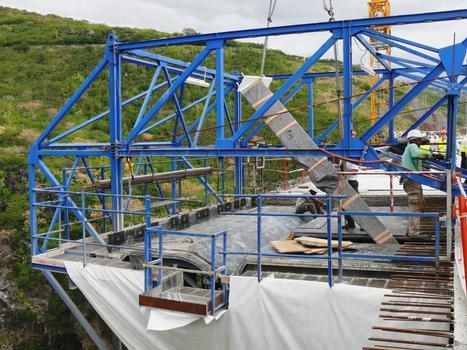 Route des Tamarins - Viaduc de la ravine des Trois-Bassins - Equipage mobile pour la réalisation de la seconde phase du tablier - Mise en place d'un bracon