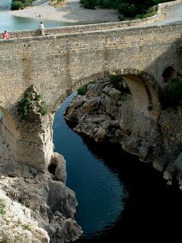 Saint-Jean-de-Fos - Pont du Diable: Arche au-dessus de l'Hérault - Partie romaine, arche du 11ème siècle, élargissement du 19ème siècle et autres transformations