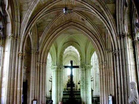 Abbatiale Saint-Germain-de-Fly.Abbatiale vue du vestibule