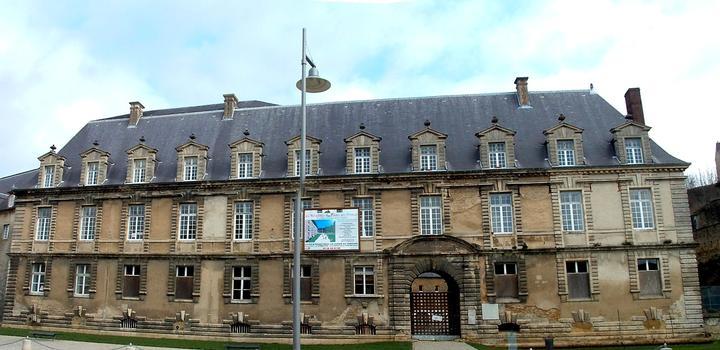 Sedan - Château Bas - Façade sur la place