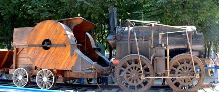 Reconstitution de la locomotive de Seguin - 1829. La locomotive de Marc Seguin, construite aux Ateliers de Lyon-Perrache, a fonctionné sur la ligne de Saint-Etienne à Lyon entre fin 1829 et 1834. Toutes les locomotives originales ayant disparu, elle a été reconstituée à l'identique en 1987. Cette reconstitution appartient à l'ARPPI (Association pour la Reconstitution et la Préservation du Patrimoine Industriel).  Poids: 9 tonnes  Elle est capable de remorquer une charge de 19 tonnes à 7,2 km/h (20 chevaux théoriques). C'est la seule locomotive à avoir le tirage forcé par ventilateur et c'est la première à avoir une chaudière tubulaire