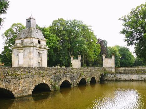 Gesvres-le-Duc - Château de Gesvres - Le pont d'accès franchissant les douves et le dernier pavillon d'entrée