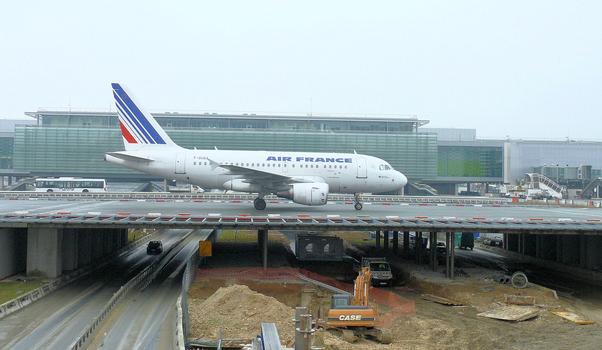 Aéroport de Paris - Aéroport Charles-de-Gaulle - Pont-avions sur la voie de desserte des aérogages 2 et des satellites 3 et 4