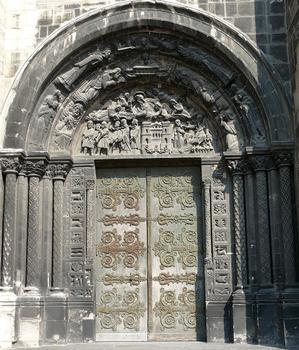 Saint-Denis - Basilique de Saint-Denis - Portail de gauche: le tympan traite du martyr des trois saints, Denis, Rustique et Eleuthère. Il a été réalisé par le sculpteur Félix Brun au 19 ème siècle. Il remplace une mosaïque réalisée par Suger