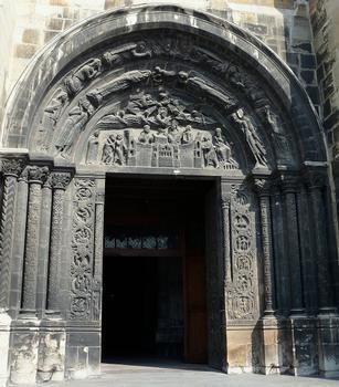 Saint-Denis - Basilique de Saint-Denis - Portail de droite: tympan montrant la dernière communion de saint Denis, sur le piédroit de gauche, les signes du zodiaque, sur le piédroit de droite, les travaux et les mois
