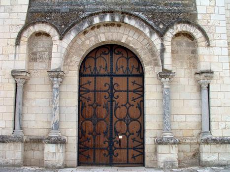 Selles-sur-Cher - Eglise Notre-Dame-la-Blanche (ancienne abbatiale Saint-Eusice) - Façade occidentale - Colonettes et chapiteaux utilisés en réemploi