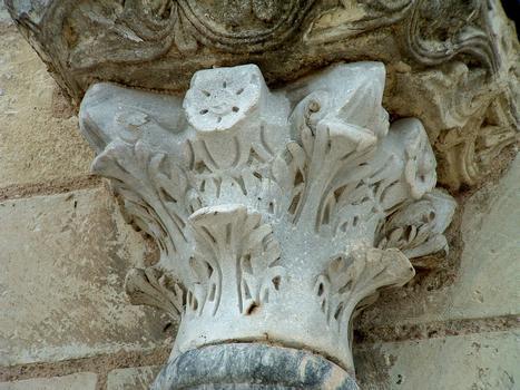 Selles-sur-Cher - Eglise Notre-Dame-la-Blanche - Façade occidentale - Portail - Un chapiteau du 6ème siècle sculpté en Aquitaine et provenant de l'église mérovingienne
