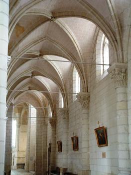 Selles-sur-Cher - Eglise Notre-Dame-la-Blanche - Nef - Bas-côté Sud avec ses chapiteaux romans sur le mur