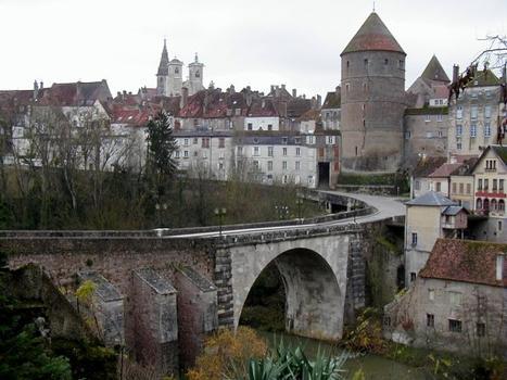 Semur-en-Auxois: Pont Joly, tour de l'Orle d'Or et église Notre-Dame