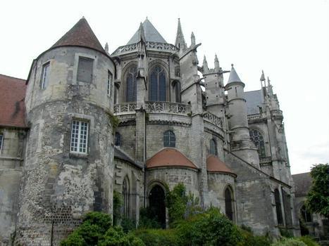 Chevet de la cathédrale et tour du mur gallo-romain