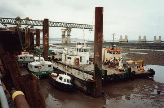 Deuxième pont sur la Severn.Port du chantier aux basses eaux