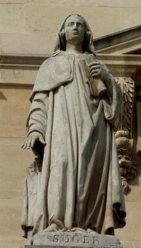 Statue von Suger, Teil der Fassade des Louvre