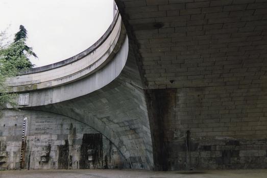 Tours - Pont Wilson - Culée et trompe - Trace du joint au droit de l'articulation Freyssinet permettant les déformations de la partie centrale