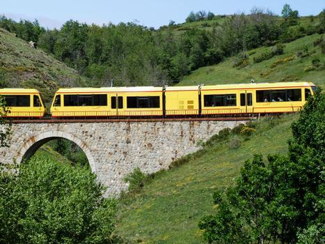 Gelber Zug bei der Abfahrt nach Bourg-Madame