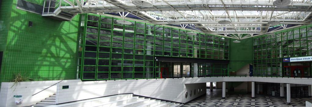 Cergy-Pontoise - Centre culturel et administratif André Malraux entre le parvis de la Préfecture et la place des Arts - Vu de la place des Arts