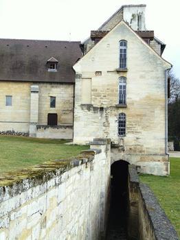Saint-Ouen-l'Aumône - Abbaye Notre-Dame de Maubuisson - Bâtiments des religieuses: le bâtiment des latrines avec le fossé d'assainissement
