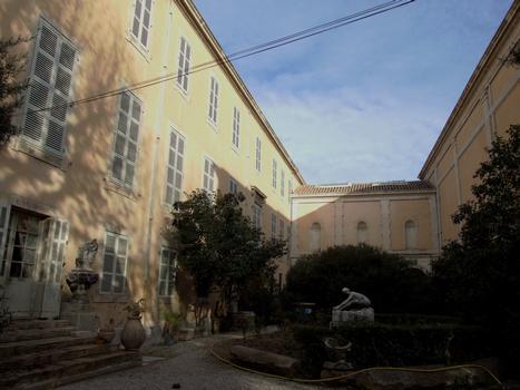 Carpentras - Bibliothèque Inguimbertine - Bâtiments dans la cours à gauche. A droite le bâtiment du musée Comtadin