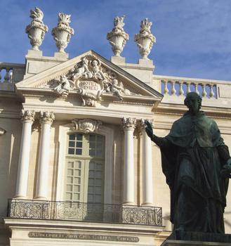 Carpentras - Hôtel-Dieu - Façade principale sur la place Aristide-Briand - Détail avec la statue de l'évêque constructeur Malachie d'Inguimbert [1683-1757]