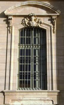 Carpentras - Hôtel-Dieu - Façade principale - Détail d'une fenêtre