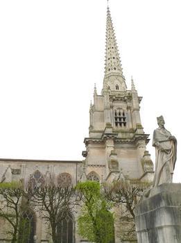 Luçon - Cathédrale Notre-Dame et la statue du cardinal de Richelieu qui fut évêque de Luçon