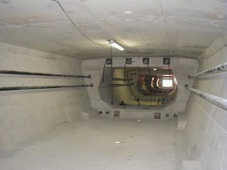 Deuxième Pont Jules Verne à Amiens (2002). Intérieur tablier avec précontrainte extérieure provisoire de renfort