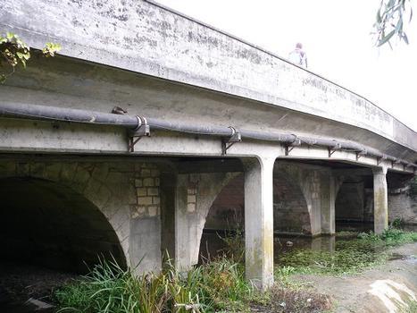 Châtellerault - Pont d'Estrées - L'ancien pont de trois travées sur l'Envigne du 18 ème avec l'élargissement en béton armé côté amont