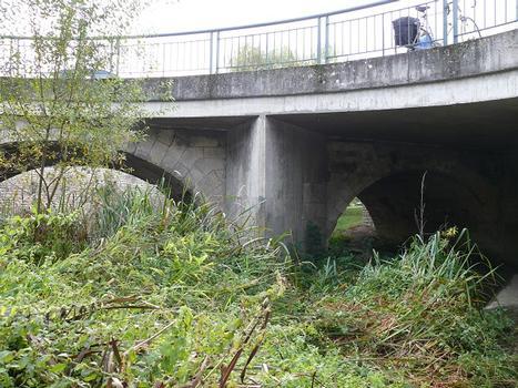 Châtellerault - Pont d'Estrées - L'ancien pont sur l'Envigne du 18 ème avec l'élargissement en béton armé côté aval