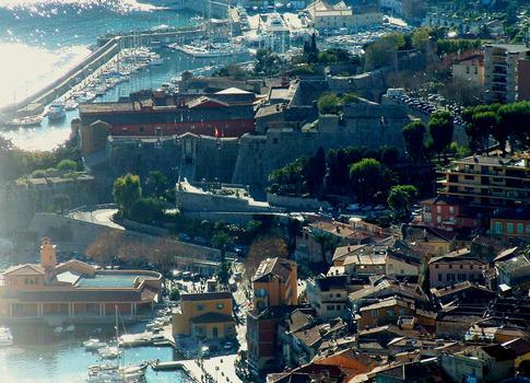 Villefranche-sur-Mer (Alpes-Maritimes): La citadelle Saint-Elme et le port vus de la Moyenne corniche à l'est