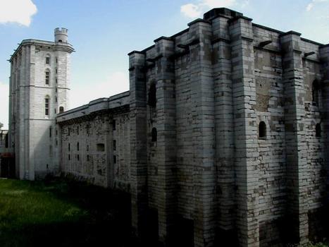 Château de Vincennes: Festungsmauer