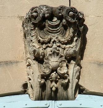 Viviers - Evêché (ancien hôtel de Roqueplane, ancien Hôtel de ville) - Détail de la décoration d'une fenêtre
