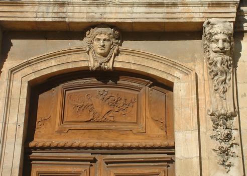 Viviers - Hôtel de ville (ancien Evêché) - Façade sur cour - Avant-corps central - Décoration autour de la porte