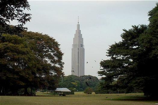 Docomo Yoyogi Building vom Yoyogi-Park aus gesehen