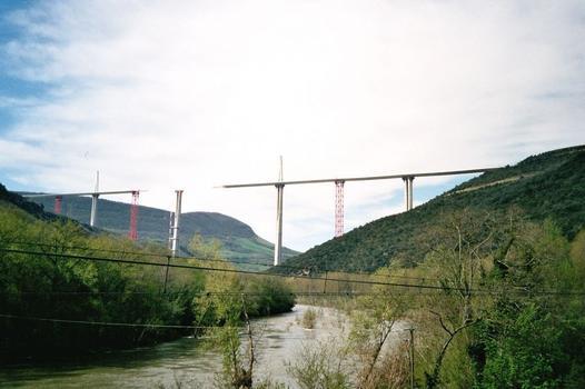 Viaduc de Millau La vallée du Tarn et le Viaduc de Millau