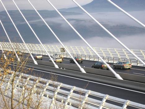Viaduc de MillauPremier véhicules sur le viaduc