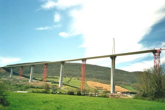 Viaduc de Millau: Vue du tablier sud Longueur pendant la photo: 1400 mètres  Poids: 1 mètre de tablier pèse environ 14,6 Tonnes