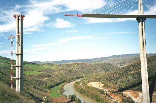 Viaudc de Millau P3 et P2 de part et d'autre du Tarn 171 mètres du tablier nord sont dans le vide: Viaudc de Millau  P3 et P2 de part et d'autre du Tarn  171 mètres du tablier nord sont dans le vide