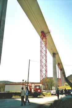 Viaduc de Millau Partie sud du tablier à 145 mètres au dessus de notre tête 343 mètres entre chaque piles de béton: Viaduc de Millau  Partie sud du tablier à 145 mètres au dessus de notre tête  343 mètres entre chaque piles de béton