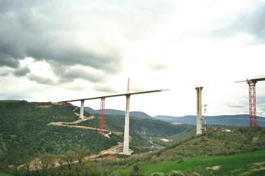 Viaduc de Millau: Vue des piles P1 P2 (hauteur 245 mètres) P3  La grue de la pile P3 est en cours de démontage  La partie nord du tablier (717 mètres) repose sur P2  La partie sud repose sur la Palée provisoire PY3