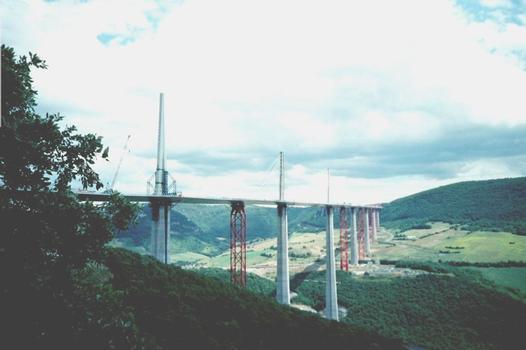 Viaduc de Millau.  Vue générale depuis le Causse Rouge au nord du chantier