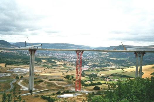 Millau-Viadukt  Pylonen P5 und P6 liegen zur Montage bereit; die Stadt Millau ist im Hintergrund zu sehen.