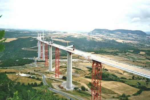 Viaduc de Millau.  Vue générale depuis le causse du Larzac au sud du chantier