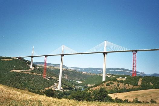 Millau-Viadukt  Einbau der Schrägseile am Pylonen P1, die Pylonen P2 und P3 sind bereits fertig.