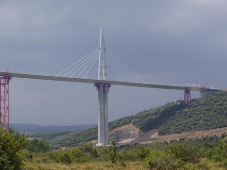 Millau-Viadukt  Hinzufügen von Schrägseilen am Pylon P1