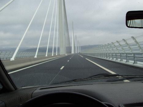 Viaduc de Millau. Ouverture à la circulation
