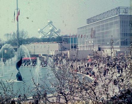 Le pavillon de l'U.R.S.S. (à droite) à l'Exposition universelle de Bruxelles de 1958