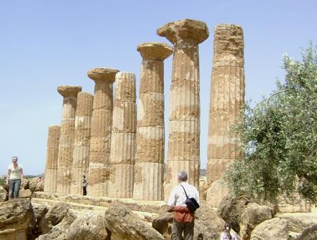 Les ruines du temple d'Heraklès (Hercule), le plus ancien du site antique d'Agrigente (Sicile) - 520-511 avant J.C