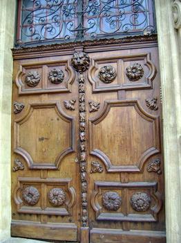 Le portail de l'hôtel d'Agut, à Aix-en-Provence: sa particularité réside dans les statues soutenant le balcon, l'une masculine (atlante), l'autre féminine (cariatide)