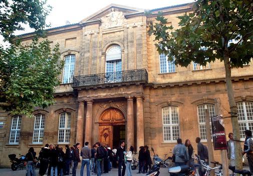 La façade de l'ancienne faculté de Droit, place de l'Université, à Aix-en-Provence
