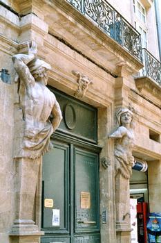 Hôtel d'Arbaud (Aix-en-Provence). Le portail de 1630 est supporté par deux atlantes sculptés